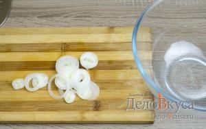 Греческий салат классический: Лук очистить и порезать тонкими ломтиками
