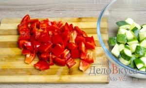 Греческий салат классический: Болгарский перец очистить от семян и порезать кубиками