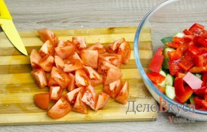 Греческий салат классический: Помидоры порезать дольками