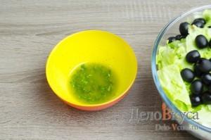 Греческий салат классический: Готовим соус на основе оливкового масла и лимонного сока
