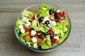 Греческий салат классический: Заправляем салат