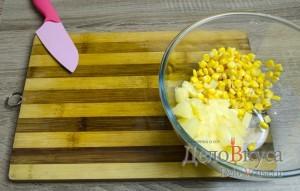 Салат с ананасами, курицей, сыром и кукурузой: фото к шагу 4.