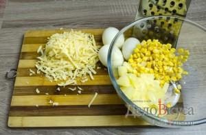 Салат с ананасами, курицей, сыром и кукурузой: фото к шагу 5.