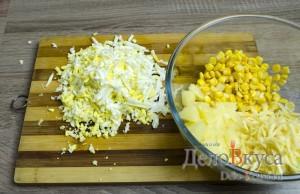 Салат с ананасами, курицей, сыром и кукурузой: фото к шагу 6.