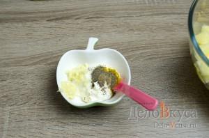 Салат с ананасами, курицей, сыром и кукурузой: фото к шагу 8.