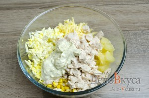 Салат с ананасами, курицей, сыром и кукурузой: фото к шагу 9.