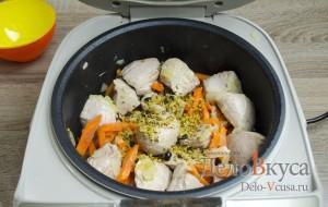 Плов в мультиварке: Добавляем к овощам мясо и специи