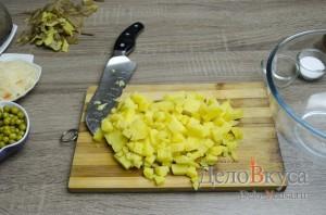 Винегрет: Порезать кубиками картошку