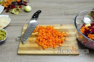 Винегрет: Отваренную морковь нарезаем кубиками