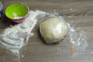 Манты: Заворачиваем тесто в пищевую пленку и убираем в теплое место