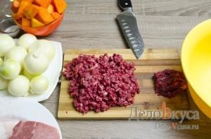 Манты: Порезать говядину мелкими кубиками