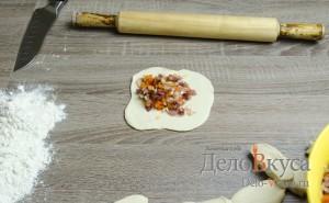 Манты: Кусок теста раскатать при помощи скалки и заполнить начинкой
