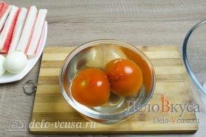 Салат с крабовыми палочками: Ошпарить помидоры кипятком