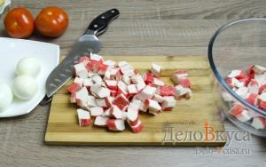 Салат с крабовыми палочками: Нарезать крабовые палочки