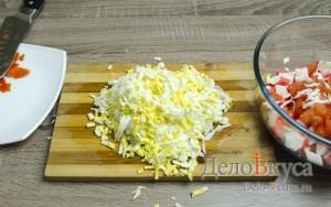 Салат с крабовыми палочками: Натереть яйца на крупной терке