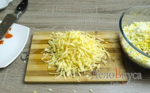 Салат с крабовыми палочками: Натереть твердый сыр на крупной терке