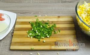 Салат с крабовыми палочками: Мелко покрошить зелень
