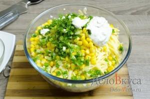 Салат с крабовыми палочками: Переложить все ингредиенты в салатницу