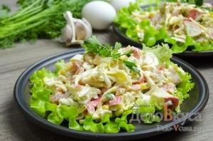 Салат с крабовыми палочками: Сервировать по вкусу
