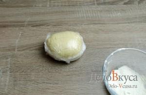 Штрудель с яблоками: Завернуть тесто в пищевую пленку