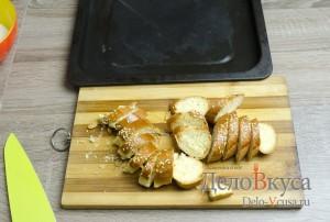 Штрудель с яблоками: Сладкую булку порезать ломтиками
