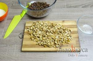 Штрудель с яблоками: Измельчить грецкие орехи при помощи ножа