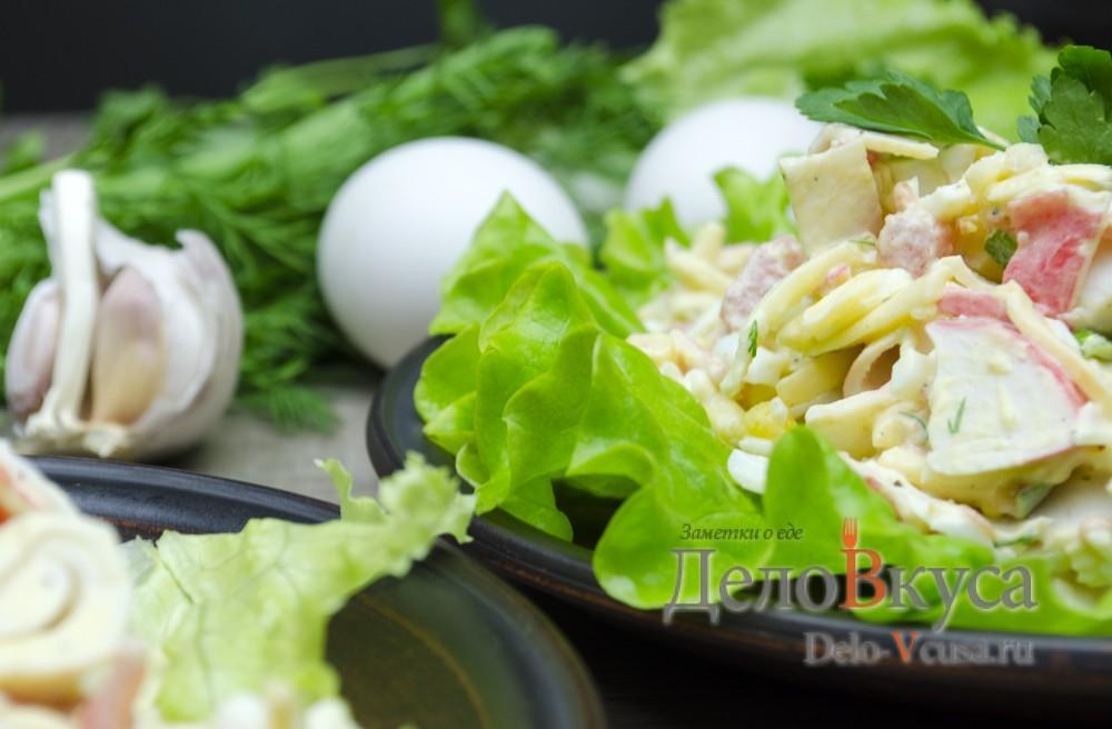 Салат с крабовыми палочками, кукурузой и твердым сыром