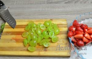 Фруктовый салат: Виноград помыть и разрезать пополам