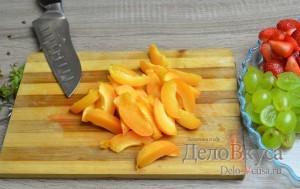 Фруктовый салат: Абрикосы помыть и порезать ломтиками