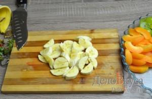 Фруктовый салат: Банан очистить и порезать полукольцами