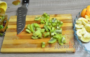 Фруктовый салат: Киви почистить и порезать ломтиками