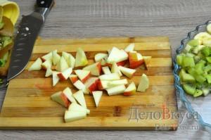 Фруктовый салат: Яблоко помыть, удалить сердцевину и порезать небольшими кусочками