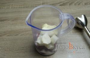 Клубнично-банановый молочный коктейль: В блендер поместить бананы, сахар и клубнику