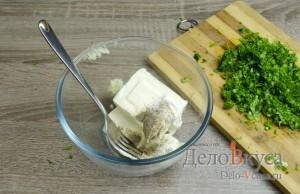 Закуска из помидор и плавленого сыра: Перемешать майонез, плавленый сыр, чеснок и специи
