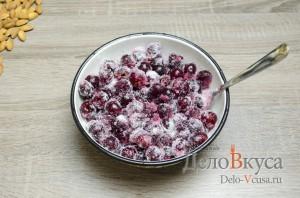 Штрудель с вишней: К вишне добавляем сахар