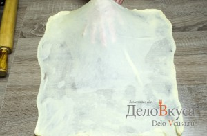 Штрудель с вишней: Растягиваем тесто для штруделя до прозрачного состояния