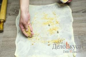 Штрудель с вишней: Посыпаем тесто сухарями