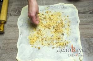 Штрудель с вишней: Посыпаем тесто молотыми орехами