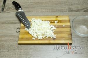 Кабачки фаршированные курицей: Репчатый лук порезать мелкими кубиками