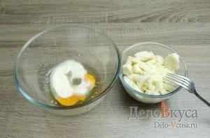Котлеты рыбные: Залить хлеб молоком и смешать манку с яйцами