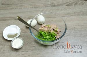 Бутерброды с тунцом: К зеленому луку добавить тунец в масле