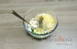 Бутерброды с тунцом: К тунцу добавляем натертое на мелкой терке яйцо, майонез и специи