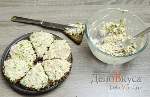 Бутерброды с тунцом: Намазать начинку на хлеб