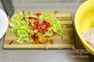 Чахохбили: Порезать перец соломкой