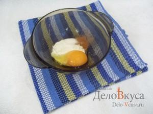 Яблоки в кляре с корицей: Яйцо соединить с мукой