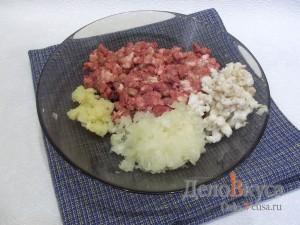 Котлеты в духовке на шпажках: Добавить лук, чеснок и сало