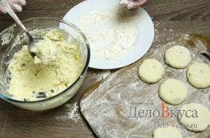 Сырники из творога с изюмом: Набираем ложкой тесто