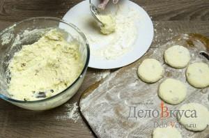 Сырники из творога с изюмом: Кладем в тарелку