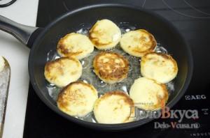 Сырники из творога с изюмом: Обжариваем сырники до румяного цвета