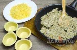 Жюльен из грибов: Заполняем формочки начинкой